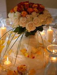 Δημιουργήστε ένα ρομαντικό τραπέζι ευχών χρησιμοποιώντας λουλούδια, ροδοπέταλα, κεριά και υφάσματα με «θεμέλιο» τα ποτήρια