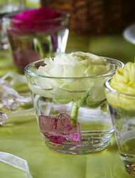 Χρησιμοποιώντας επίσης χαμηλά ποτήρια, μπορείτε να δώσετε περισσότερο χρώμα στο τραπέζι της δεξίωσης