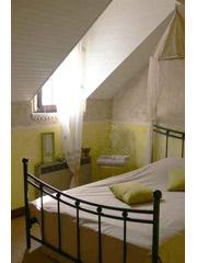 Το κρεβάτι που θα επιλέξετε για το νέο σας υπνοδωμάτιο μπορεί να είναι με αποθηκευτικό χώρο. Υπάρχουν αρκετά σχέδια, στα οποία ο αποθηκευτικός χώρος βρίσκεται κάτω από το στρώμα ή άλλα που έχουν συρτάρια στα πλαϊνά και στο κάτω μέρος του κρεβατιού. Ο χώρος που σας δίνεται μπορεί να σας εξυπηρετήσει στο έπακρο. Κουβέρτες, παπλώματα, ρούχα ή οτιδήποτε άλλο δεν χρησιμοποιείτε την αντίστοιχη περίοδο του χρόνου, μπορούν να «κρυφτούν» γλυτώνοντας με αυτό τον τρόπο πολύτιμο χώρο από την ντουλάπα σας. Βέβαια, θα πρέπει να αναφέρουμε και το μειονέκτημα που έχει αυτή η λύση, το οποίο είναι η συσσώρευση σκόνης κάτω από το κρεβάτι, καθώς είναι πολύ μικρό το άνοιγμα που απομένει από το πάτωμα με αποτέλεσμα τη δυσκολία στο σκούπισμα. Επίσης, σύμφωνα με τις αρχές του feng shui, τέτοιου είδους κρεβάτια δεν επιτρέπουν την εύκολη κυκλοφορία της ενέργειας στον χώρο.