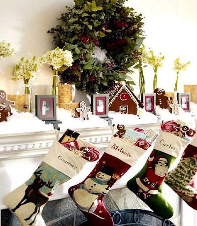 Κάλτσες κρεμασμένες στο τζάκι για τα Χριστούγεννα