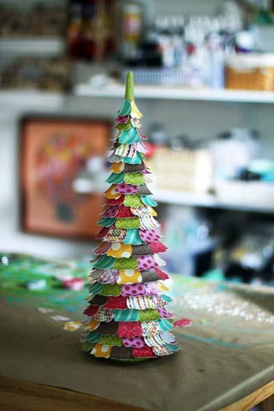 δεντράκι για τα Χριστούγεννα με χαρτιά για scrapbooking