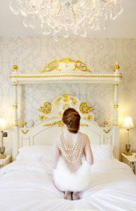 proetoimasia gia mia bridal boudoir fotografisi prin ton gamos