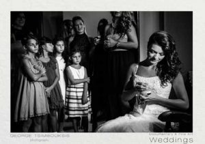 Η νύφη γράφει τα ονόματα των ανύπαντρων φιλενάδων στα νυφικά παπούτσια
