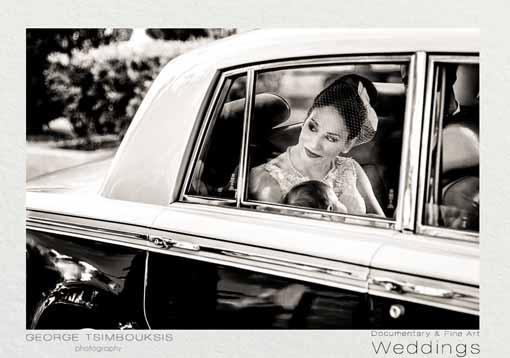 Νύφη με το μωρό στην αγκαλιά μέσα σε αυτοκίνητο αντίκα