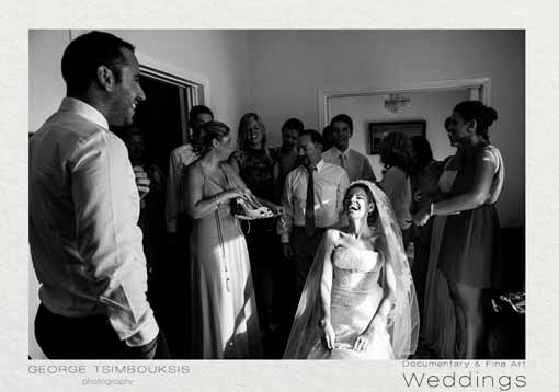 Η νύφη ετοιμάζεται να φορέσει τα νυφικά παπούτσια
