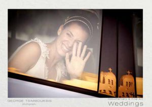 Η νύφη χαιρετά μέσα από το αυτοκίνητο