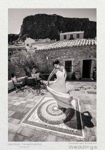 Νύφη χορεύει σε ψηφιδωτό δάπεδο