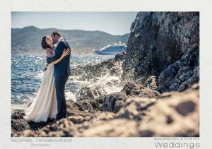Νιόπαντρο ζευγάρι ενώ σκάει το κύμα στα βράχια