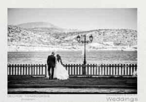 Νιόπαντρο ζευγάρι κάνει βόλτα στην παραλιακή