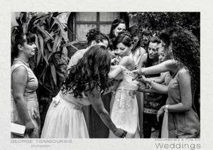 Οι φίλες ντύνουν τη νύφη
