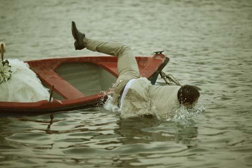 Ο γαμπρός πέφτει από τη βάρκα
