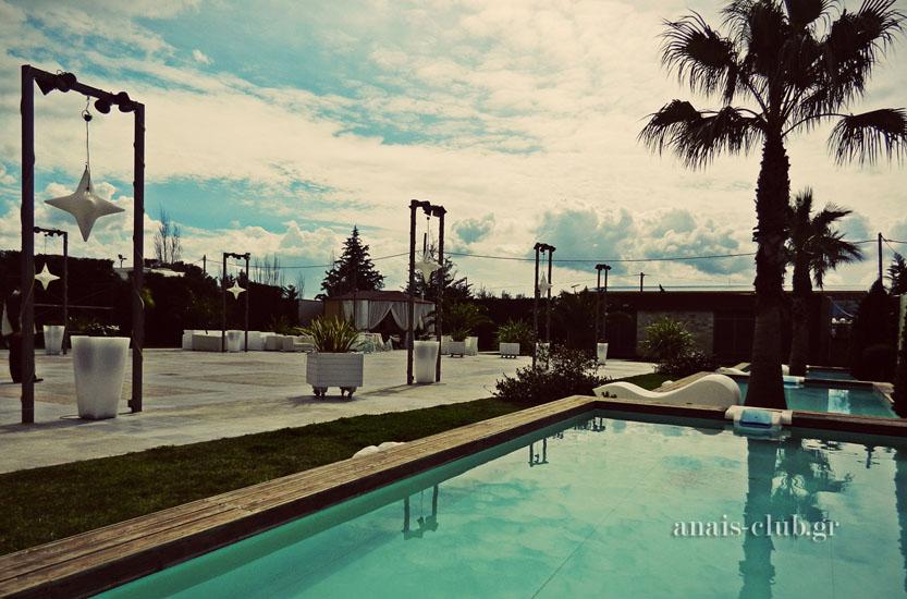 Εξωτερικός χώρος και εκκλησάκι στο Anais Club στη Βαρυμπόμπη