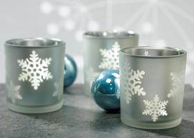 χριστουγεννιάτικη διακόσμηση τραπεζιών δεξίωσης με κεριά