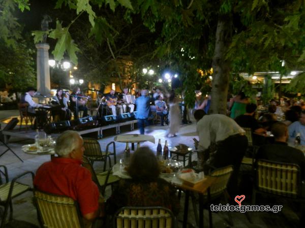 Γάμος και γλέντι στην πλατεία Ειρήνη Στρατηγοπούλου και Ανδρέας Αναγνωστάτος