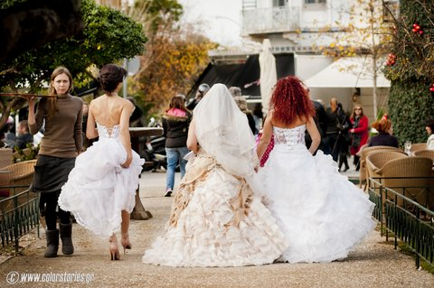 Nyfes moirazoun proskliseis tis bridal expo