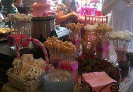 Ζαχαρωτά και ροζ συντριβάνι σοκολάτας