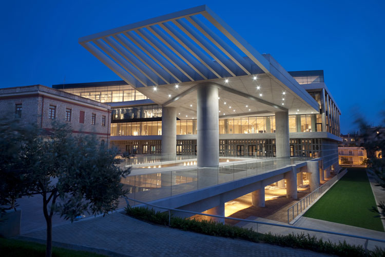 Η είσοδος του Μουσείου Ακρόπολης τη νύχτα