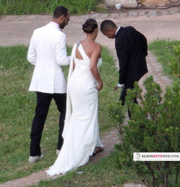 Το πίσω μέρος του νυφικού της Alicia Keys και ο γαμπρός