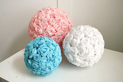 Μπάλες από φελιζόλ καλυμμένες με τριαντάφυλλα από γκοφρέ χαρτί