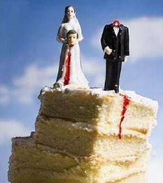 τούρτα διαζυγίου που η νύφη κρατά το κεφάλι του γαμπρού