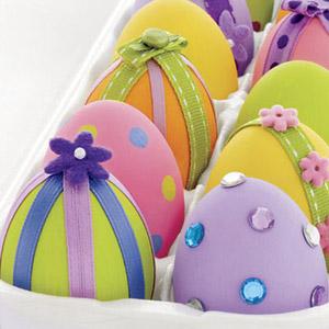 Πασχαλινά αυγά σε διάφορα χρώματα διακοσμημένα με κορδέλες, χάντρες & λουλούδια