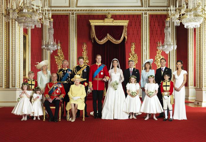 Οικογενειακή γαμήλια φωτογραφία της βασιλικής οικογένειας με τον πρίγκιπα William
