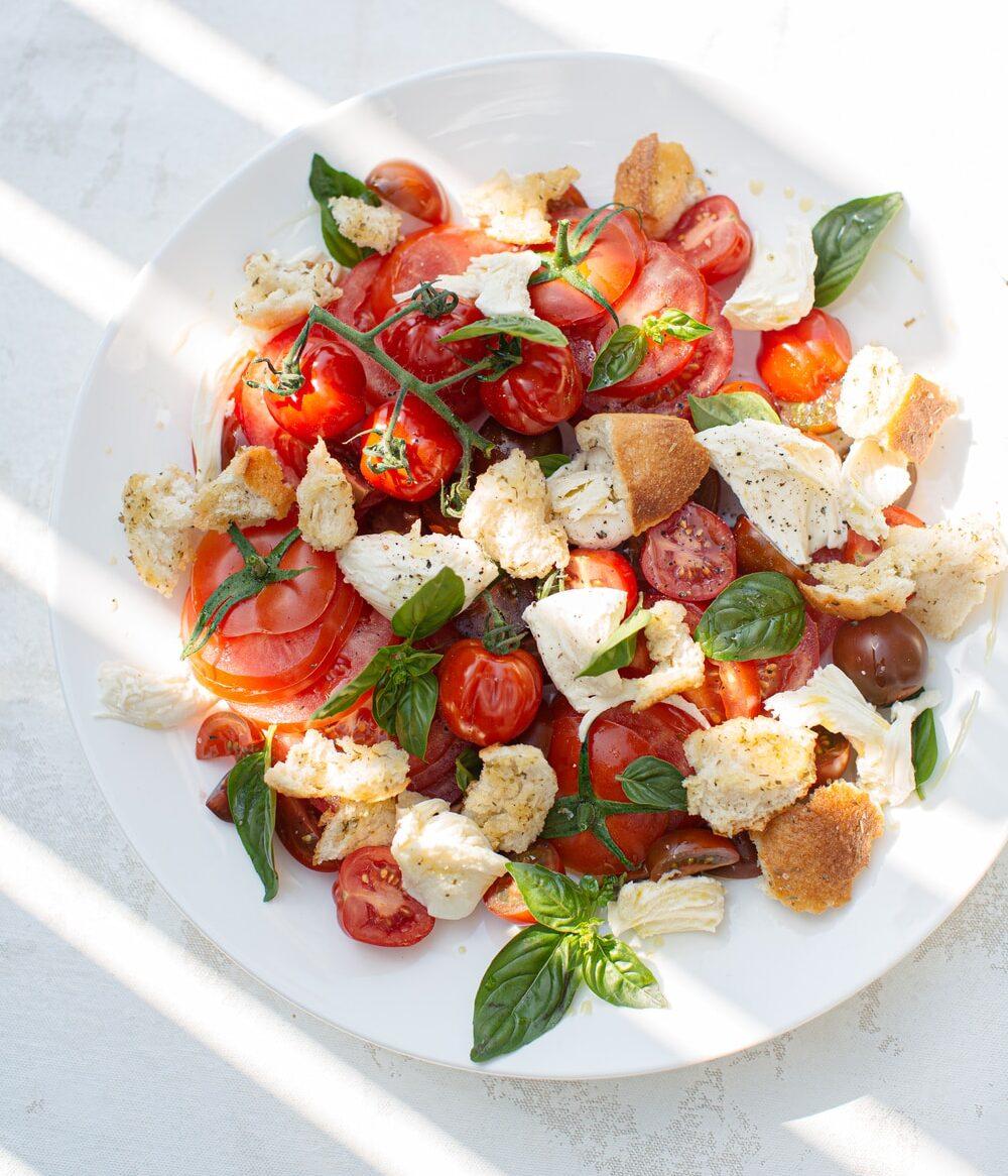 Ανάμεικτη σαλάτα μαριναρισμένων λαχανικών με κατσικίσιο τυρί και dressing μελιού και βαλσάμικου