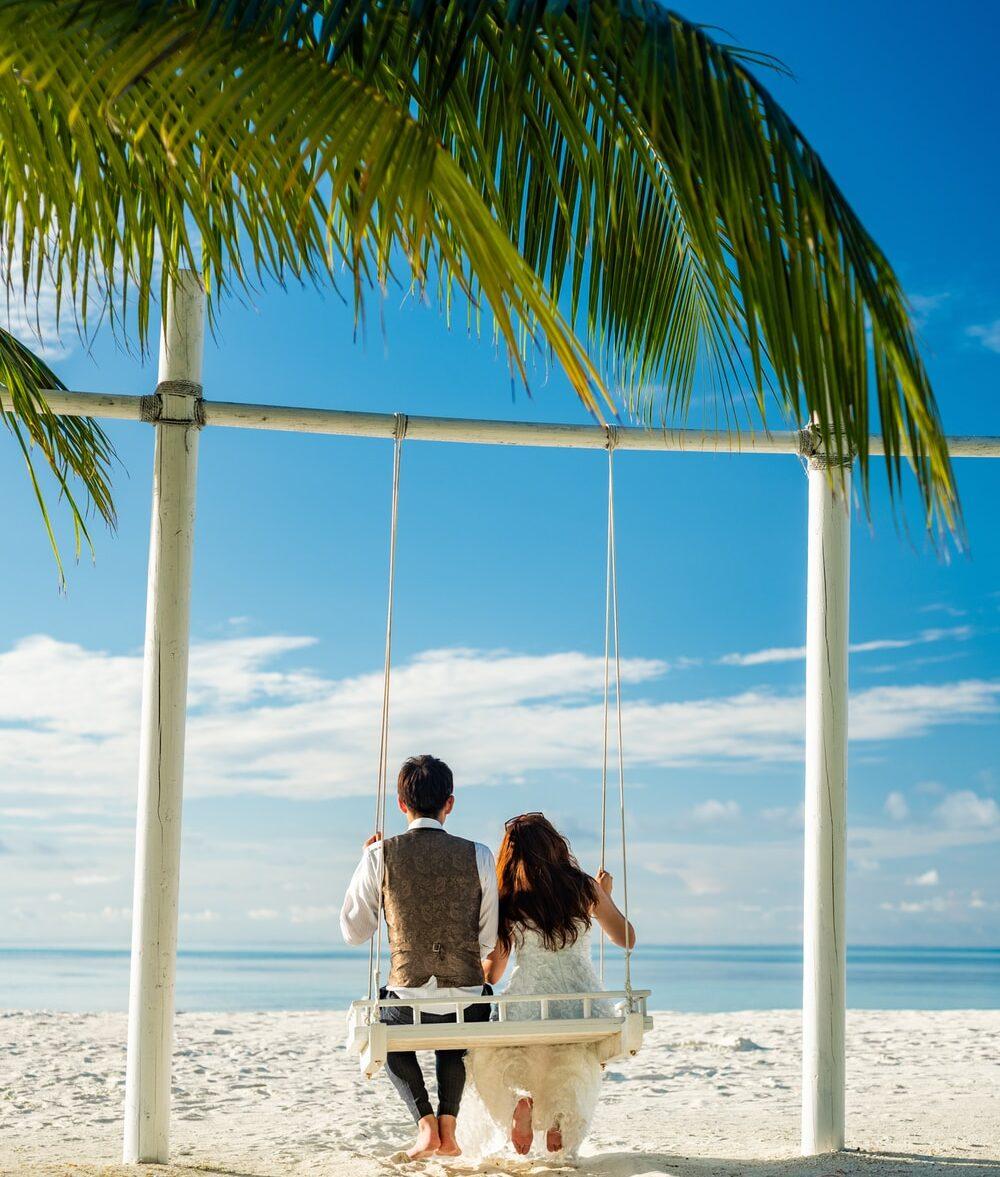 νυφικό και γαμπριάτικο για το γάμο στην Παραλία