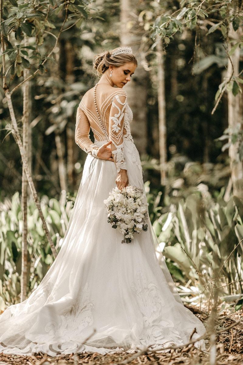 Νυφικό και πώς να το διαλέξετε woman holding white flower bouquet during daytime