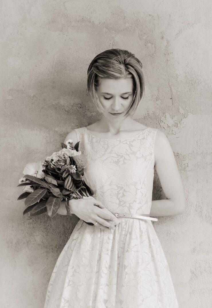 Νυφικά για πολιτικό γάμο woman in floral dress holding bouquet of flower