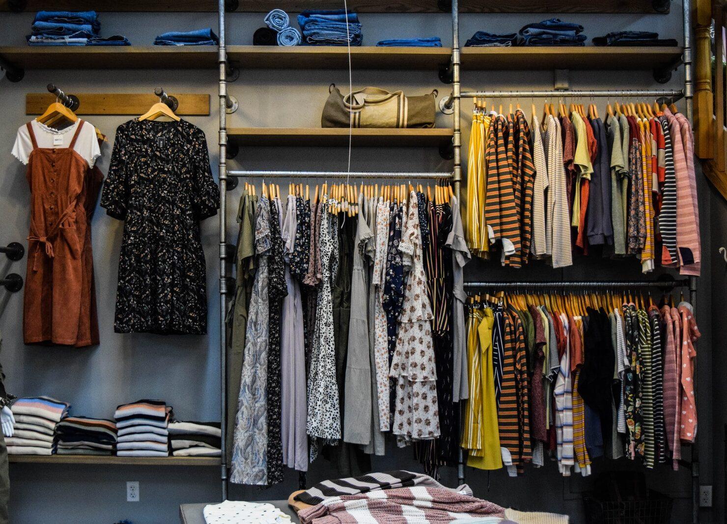 δωμάτιο με ρούχα στο σπίτι