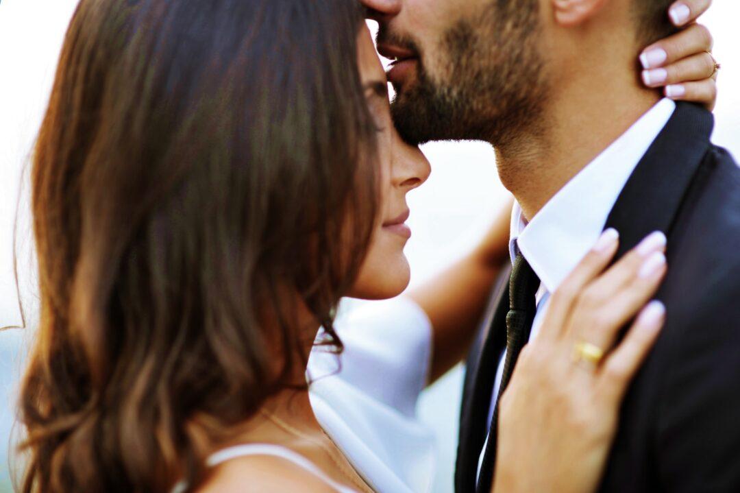 Νυφικά για πολιτικό γάμο man kissing woman on her forehead