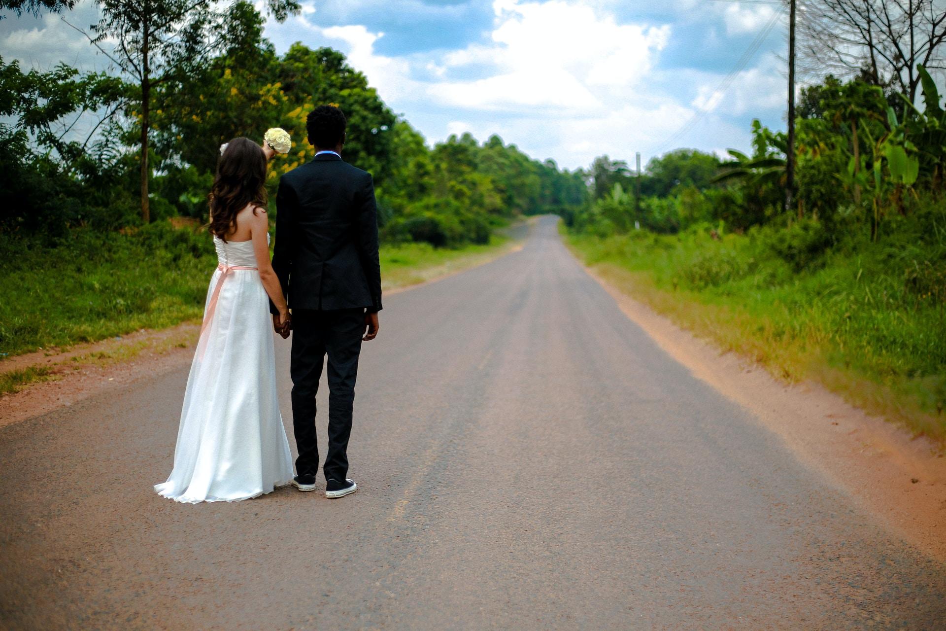 γάμος μακρυά απο όλους