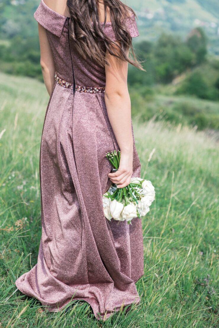 Νυφικά για το Δημαρχείο woman standing on grass fields holding bouquet of white flowers