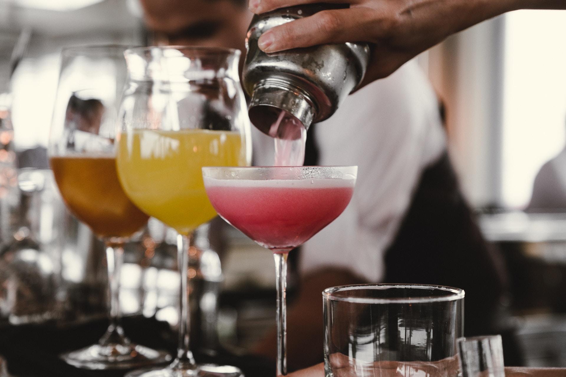 Τι σερβίρει ένα cocktail bar