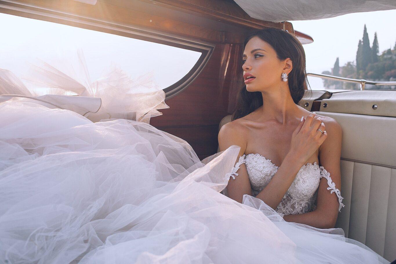 νύφη με κοσμήματα και αξεσουάρ