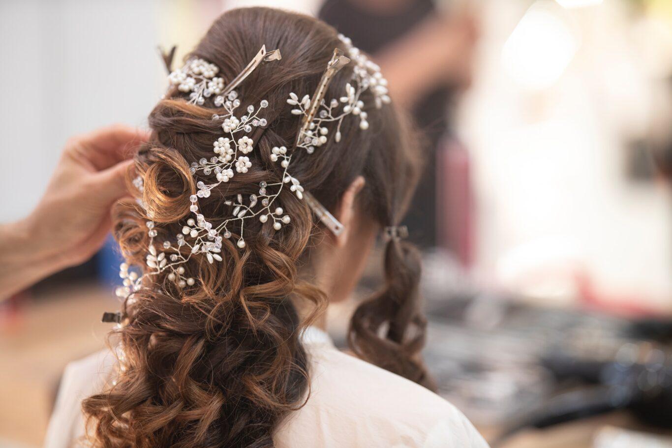 βρείτε το στυλ του χτενίσματός σας για την ημέρα του γάμου σας μέσα από φωτογραφίες περιοδικών