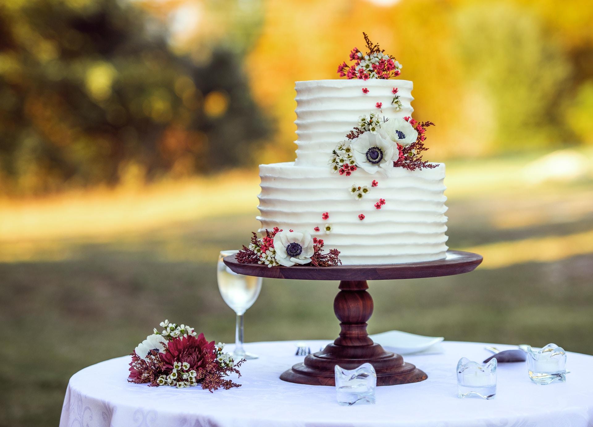Λευκή γαμήλια τούρτα