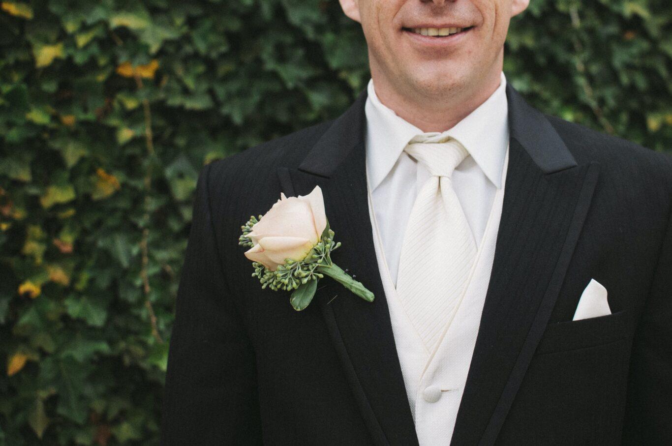 γαμπρός σε επίσημο γάμο