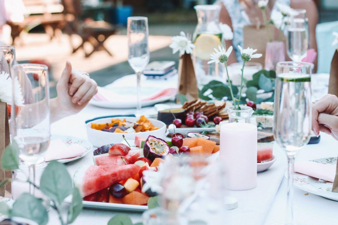 τραπέζι με κανόνες - οικοδέσποινα